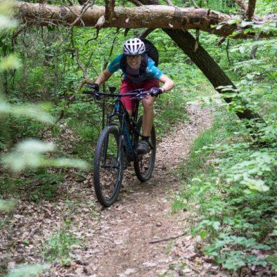 Fahrradfahren Frauen fahren Fahrrad mit Kindern Baby im Kinderanhänger biketour, Endurorennen, Fahrtechnik, Frau auf dem Mountainbike, Technical Enduro, MTB fahren, Frau auf dem Fahrrad